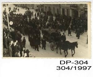 Pohreb Jána Cibuľu. Smútočný sprievod kráčajúci ulicami Banskej Bystrice. Poštové múzeum Banská Bystrica