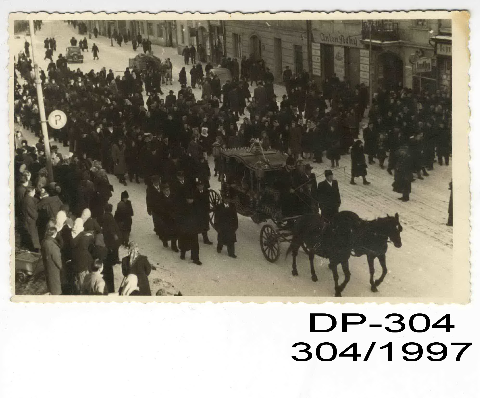 7f6750ead Smútočný sprievod kráčajúci ulicami Banskej Bystrice. Poštové múzeum Banská  Bystrica