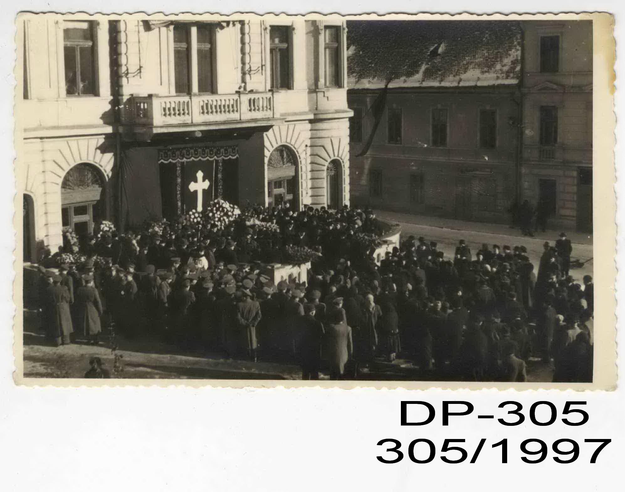 9b2d7846c Zhromaždenie smútiacich pred budovou Poštového úradu v Banskej Bystrici. Poštové  múzeum