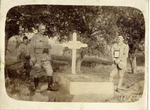 Hrob mladého Csesznáka (vľavo stojí podplukovník Janos Mestitz)