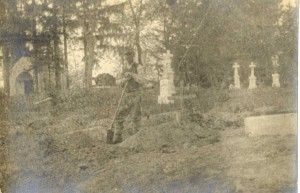 Kopanie hrobu pre mladého Gyulu Csesznáka v Kalnikowe