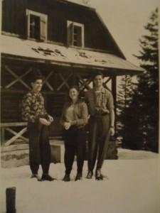 Chata na Suchom vrchu - zima 1955 zľava Vlado Wágner, Hedviga Pulišová a Štefan Wágner