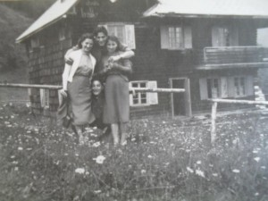 Chata nad Králikami - leto 1955 zľava Hedviga Pulišová, Vlado Wágner, Emília Pulišová
