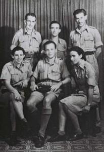 Chavira s ostatnými parašutistami (vľavo dole)