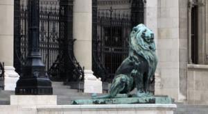 Lev pred parlamentom